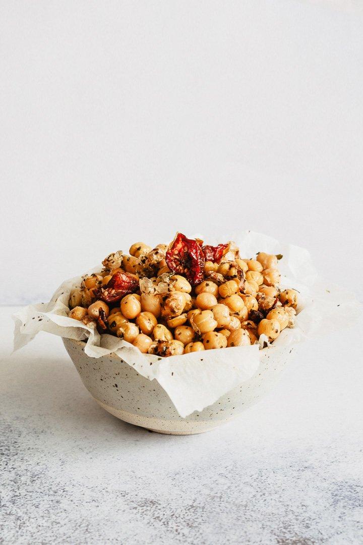 In foto: ceci croccanti al forno con pomodorini e spezie