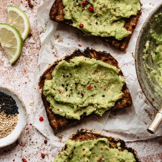 toast con avocado, limone e pepe