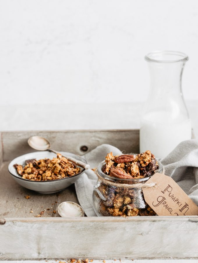 How to easily make a healthy pumpkin granola, with chocolate and pecans