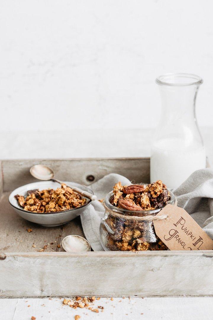 La granola alla zucca è la colazione autunnale perfetta. Vegan e gluten free.