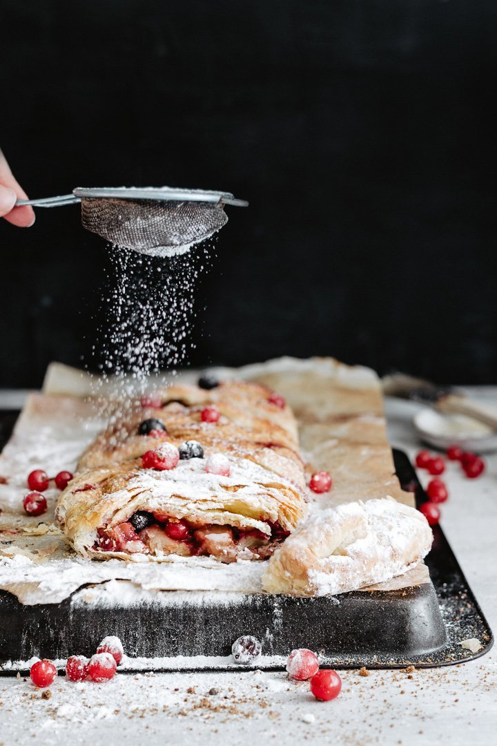 Vegan berry strudel served with icing sugar: just delicious!