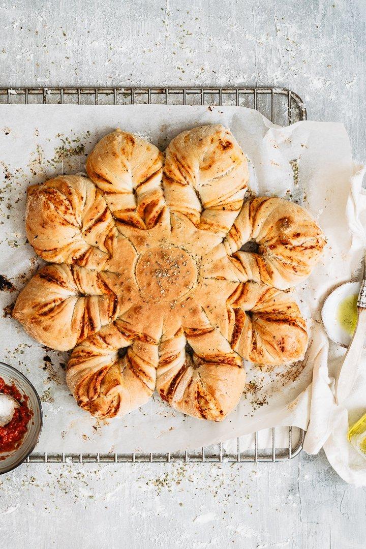 Easy and quick pizza star bread with tomato and mozzarella
