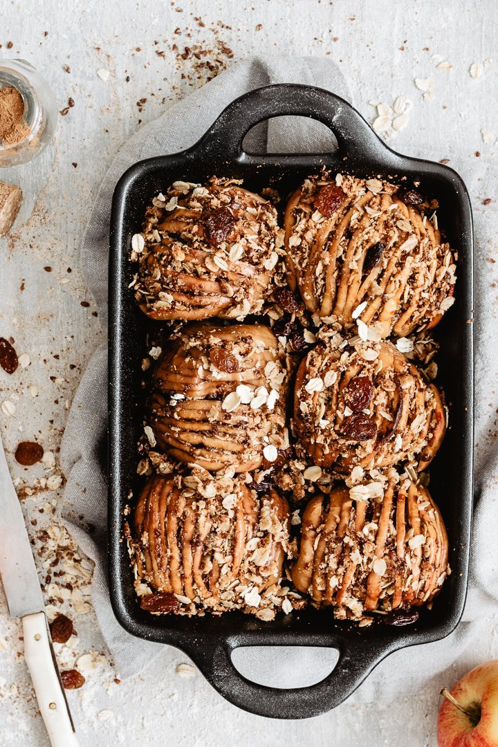 Easy apple dessert: hasselback apples with cinnamon and oats