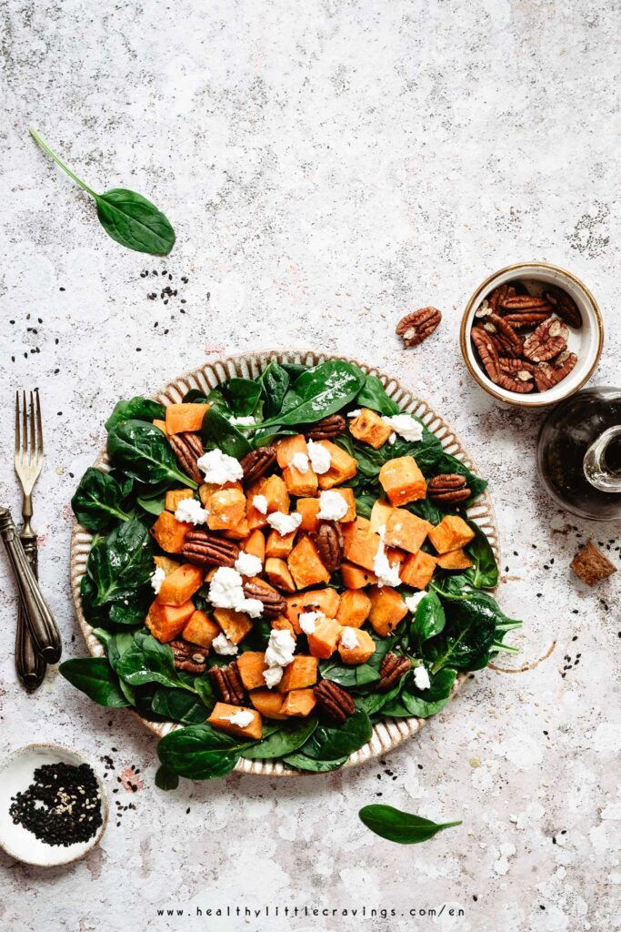 Delicious easy salad with spinach and goat cheese