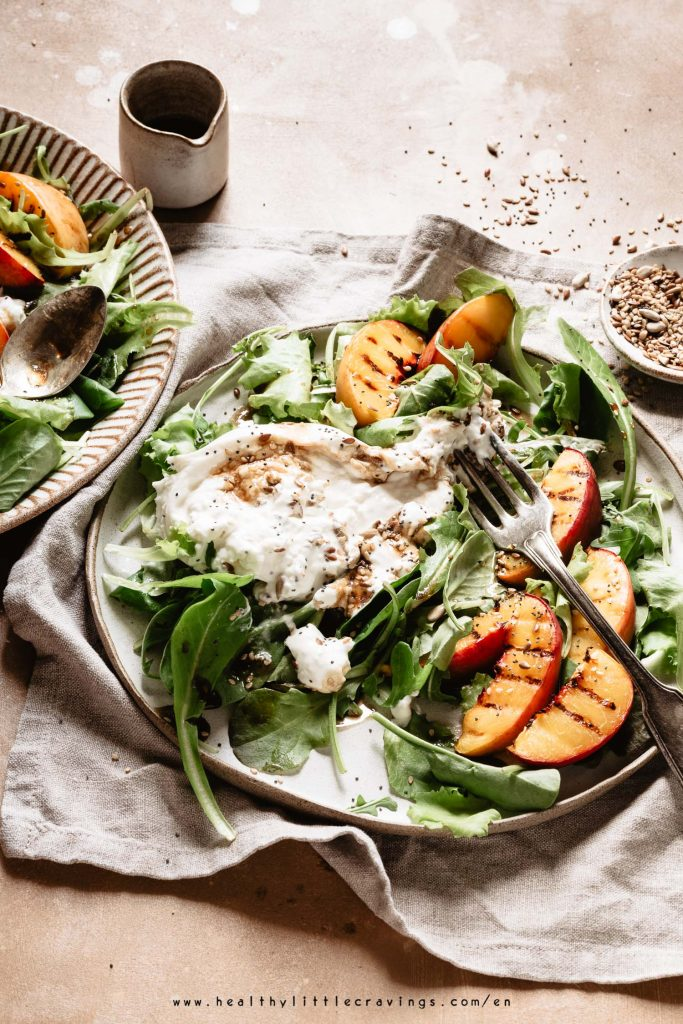 A peach salad recipe enriched with burrata, seeds and vinaigrette